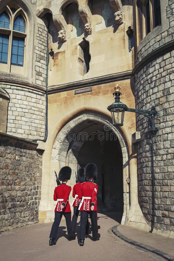 Защитите изменять на нормандском стробе замка Виндзора, королевской резиденции на Виндзоре в графстве Беркшира, Англии, Великобри стоковое фото rf