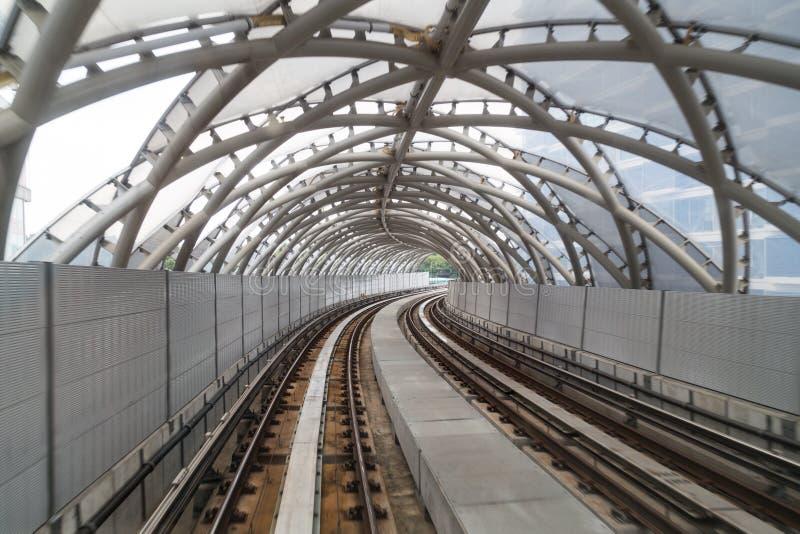 Защитная стена звукового барьера вдоль повышенной железной дороги поезда стоковые фото