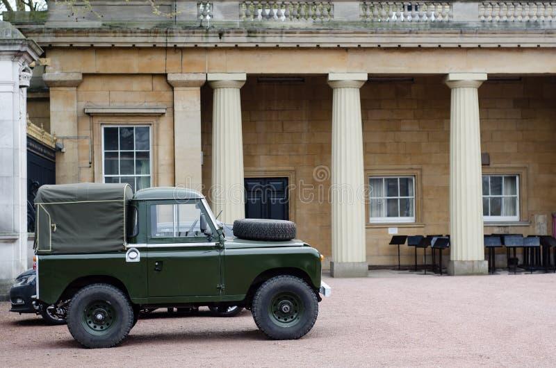 Защитник Land Rover в землях Букингемского дворца стоковое фото rf