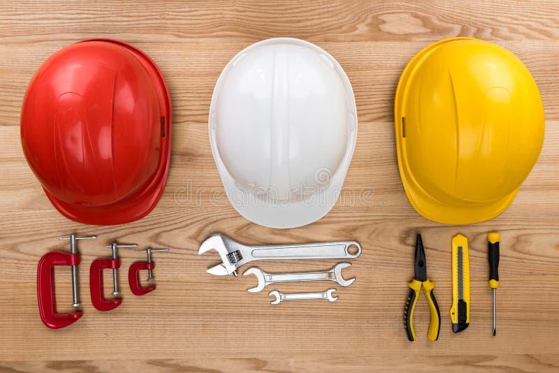 Защитные шлемы и инструменты reparement стоковые фотографии rf