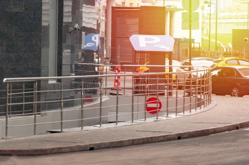 Защитный барьер и офис службы безопасности на входе к месту для стоянки офиса стоковое изображение rf