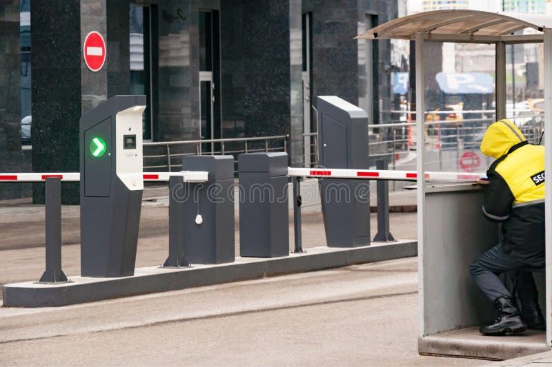 Защитный барьер и офис службы безопасности на входе к месту для стоянки офиса стоковые изображения rf