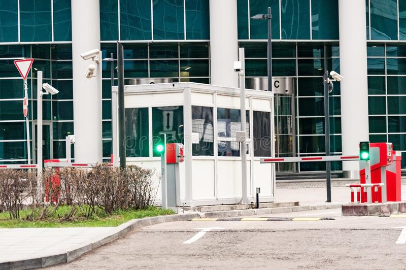 Защитный барьер и офис службы безопасности на входе к месту для стоянки офиса стоковая фотография