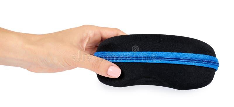 защитный случай для солнечных очков с рукой белизна изолированная предпосылкой стоковое фото