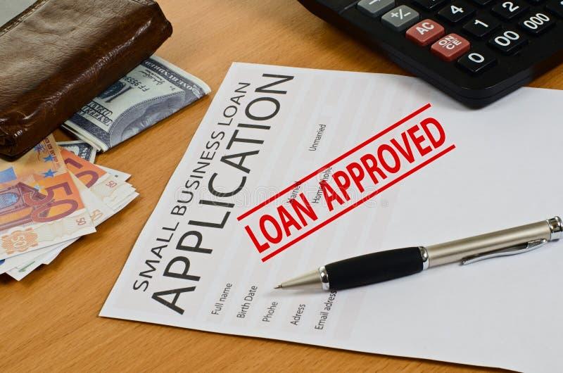 Заявка на кредит мелкого бизнеса лежит на таблице стоковые фотографии rf
