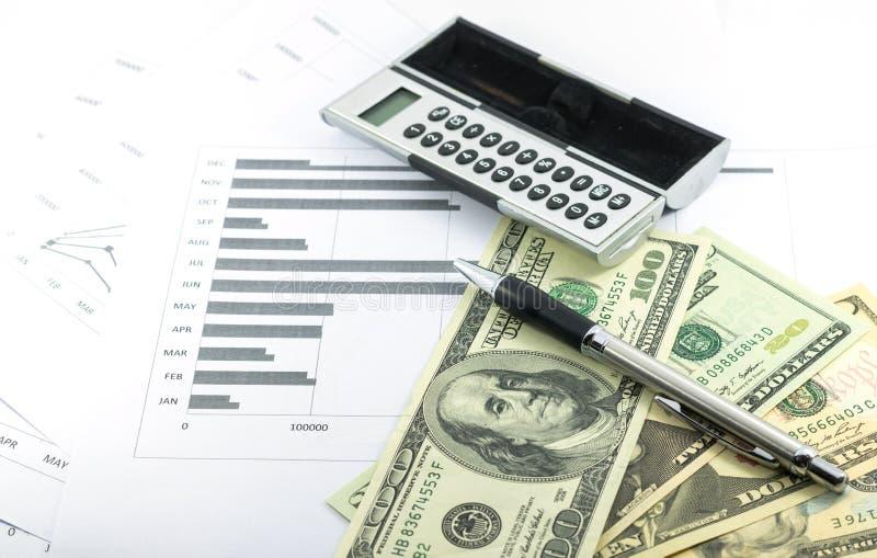 Заявление дохода и исхода сообщает с калькулятором, ручкой и usd стоковое изображение