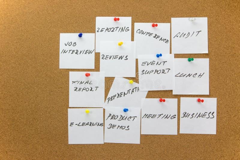 Задачи суеты прикрепленные к corkboard стоковые фотографии rf