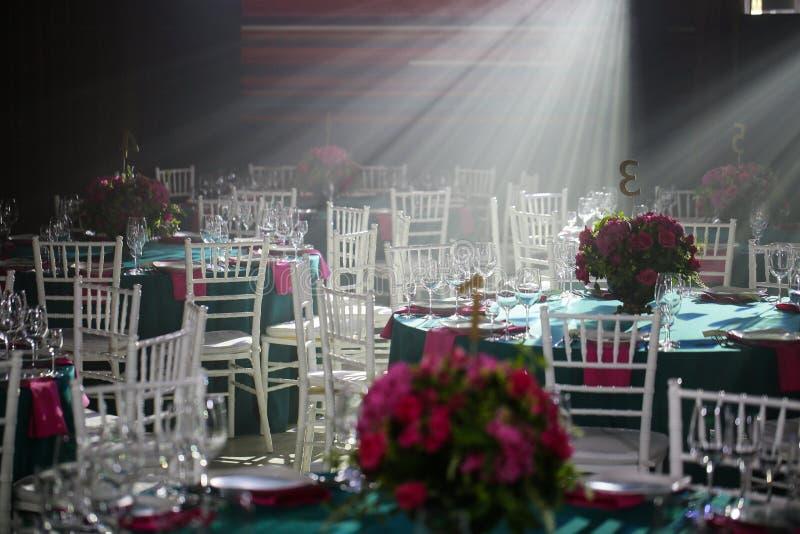 Зала банкета или другой объект функции установили для точный обедать стоковое фото