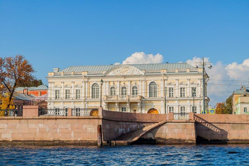 Зала катания корпуса кадетов на обваловке университета около реки Neva в Санкт-Петербурге, России стоковая фотография rf