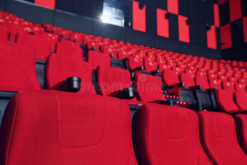 Зала кино с красными креслами стоковые фото
