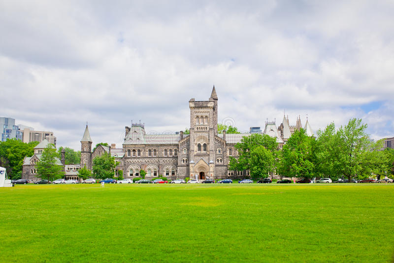 Download Зала университета с зеленой лужайкой в фронте Стоковое Изображение - изображение насчитывающей строя, toronto: 81804297