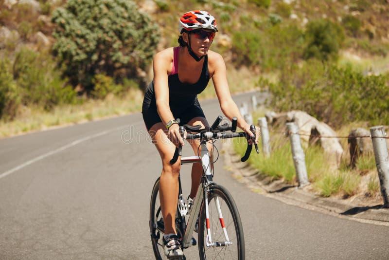 Задействовать спортсмена триатлона молодой женщины стоковое фото