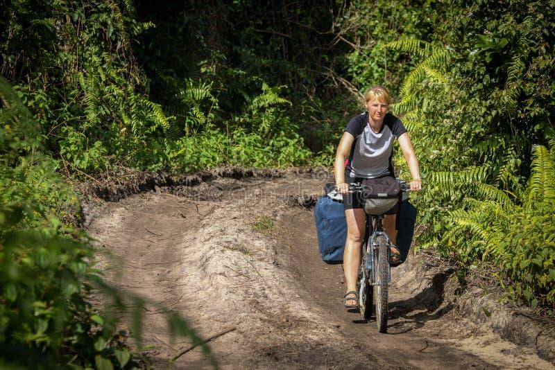 Задействовать через джунгли стоковое фото rf