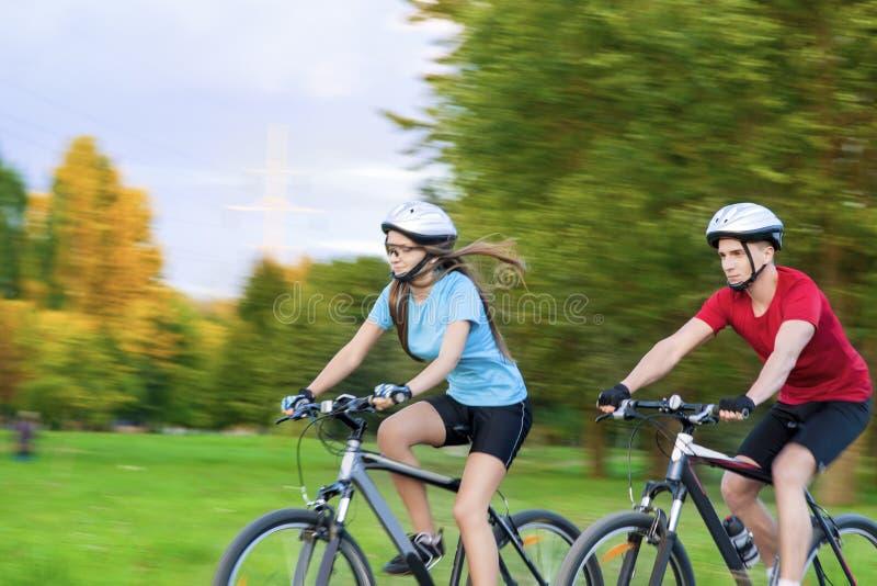 Задействуя концепция: Молодые кавказские пары имея велосипед Sppedy стоковые изображения