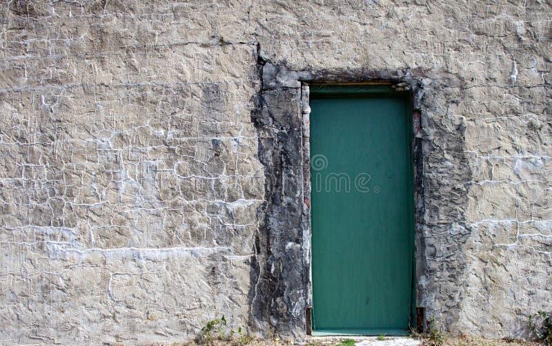 За зеленой дверью стоковые фото