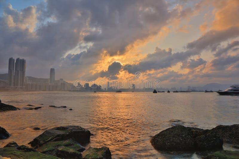 Залив воды Гонконга на заходе солнца стоковые фото