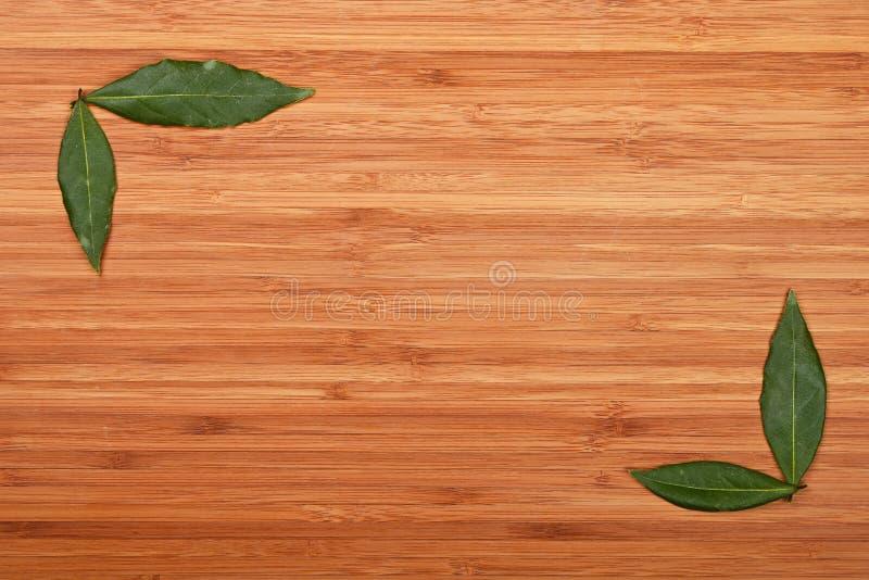 Залив выходит углы рамки над бамбуковой древесиной стоковые фотографии rf