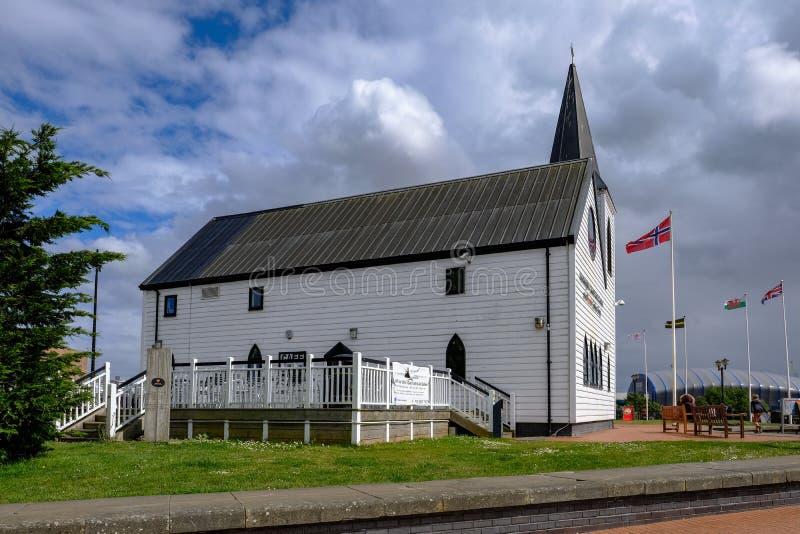 Залив Кардиффа, Кардифф, Уэльс - 20-ое мая 2017: Норвежская церковь и стоковая фотография rf