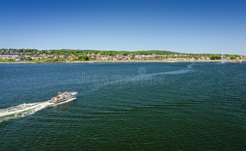 Залив моря мха с моторкой - взглядом парома стоковая фотография rf