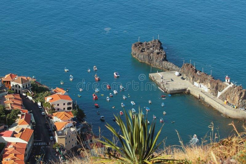 Залив с шлюпками и шлюпками Camara-de-Lobos, Мадейра, Португалия стоковое фото