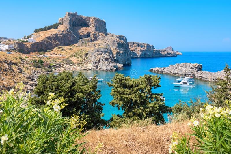 Залив St Pauls Lindos, Родос, Греция стоковые фотографии rf