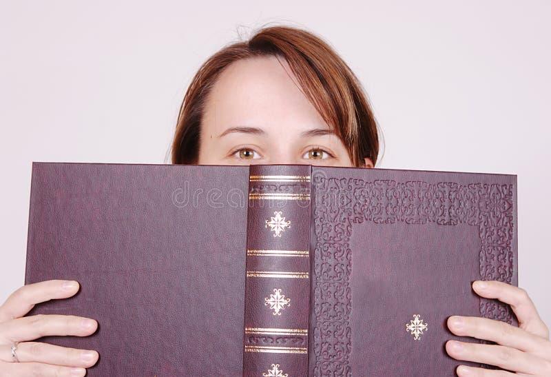 за книгой стоковое фото rf