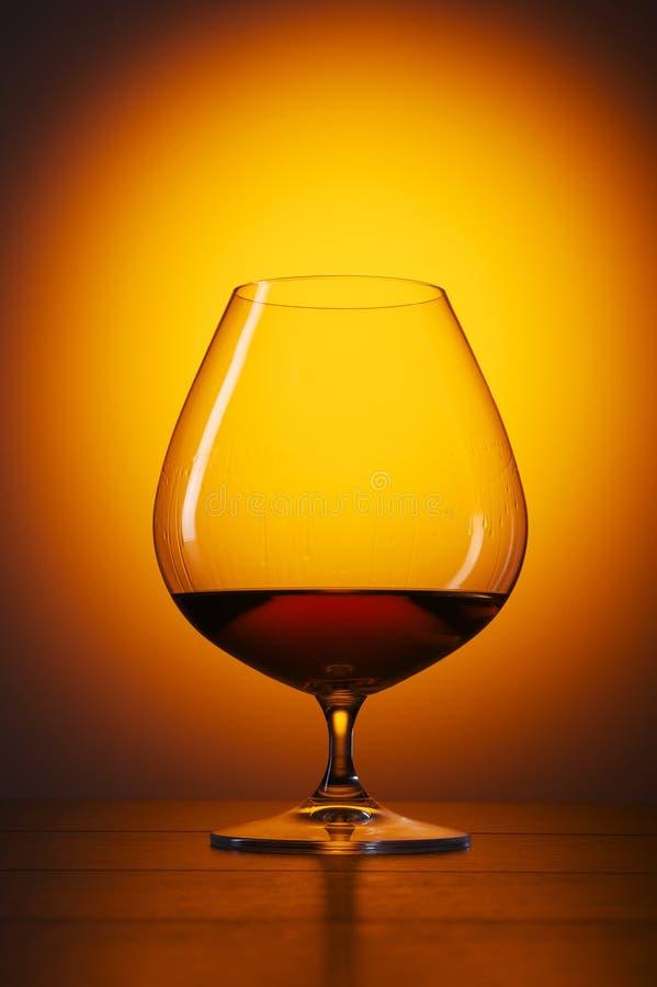 задние виноградины стекла конгяка бутылки предпосылки стоковая фотография rf