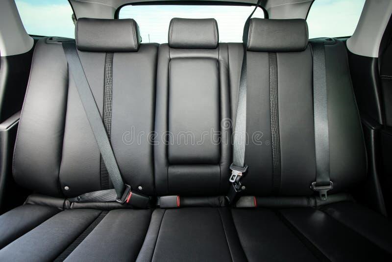Задние сиденья пассажира в современном автомобиле стоковое фото