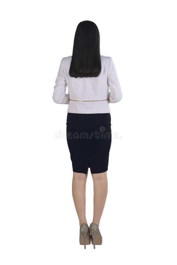 Задний взгляд азиатской бизнес-леди стоя с уверенно представлением стоковое изображение rf