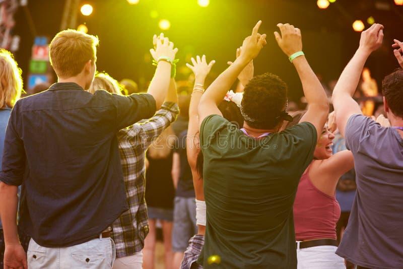 Задний взгляд аудитории на музыкальном фестивале стоковое фото rf