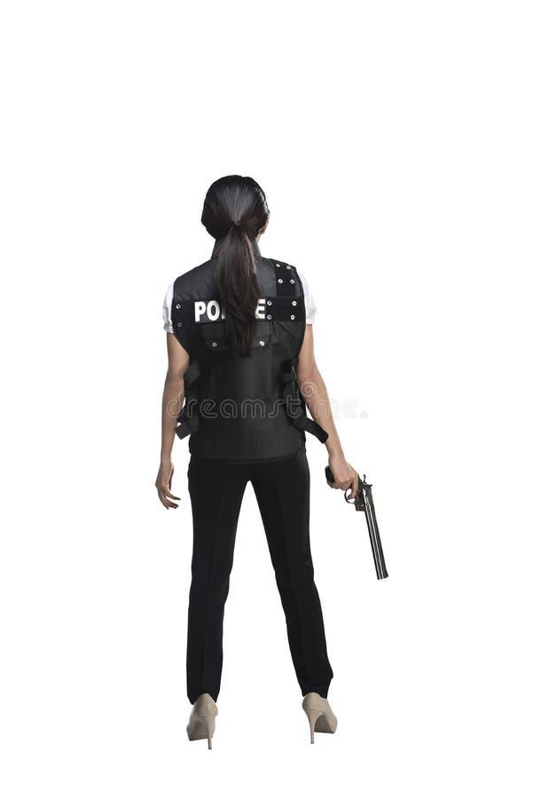 Задний взгляд женщины держа оружие стоковые фотографии rf