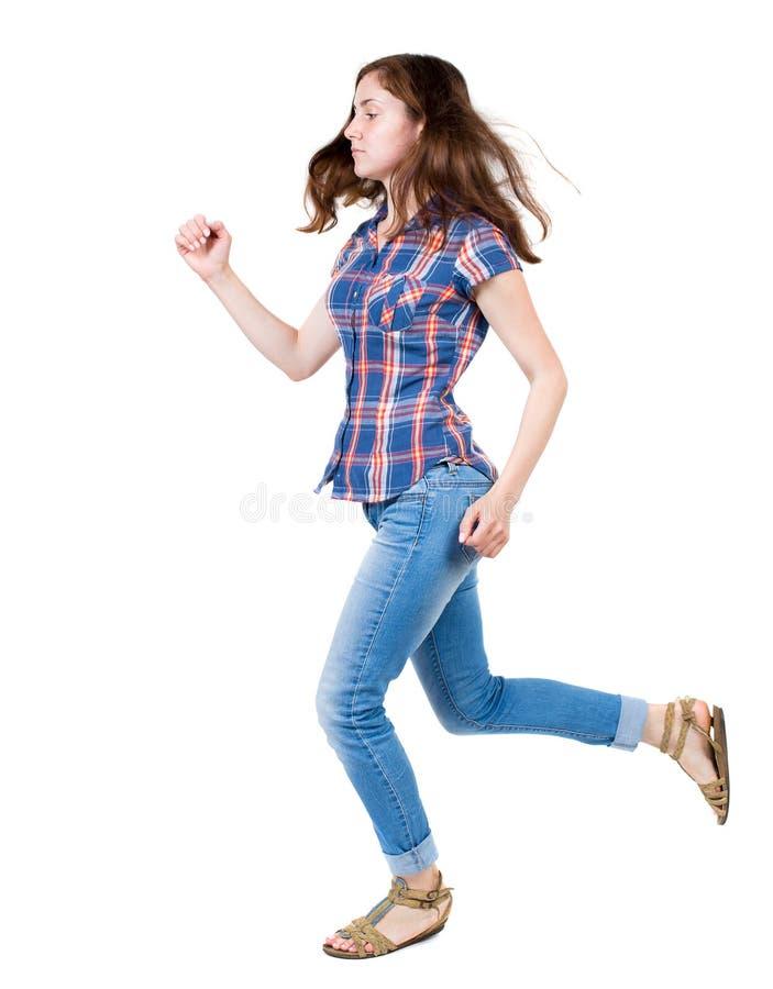 Задний взгляд идущей женщины в джинсыах стоковое изображение rf