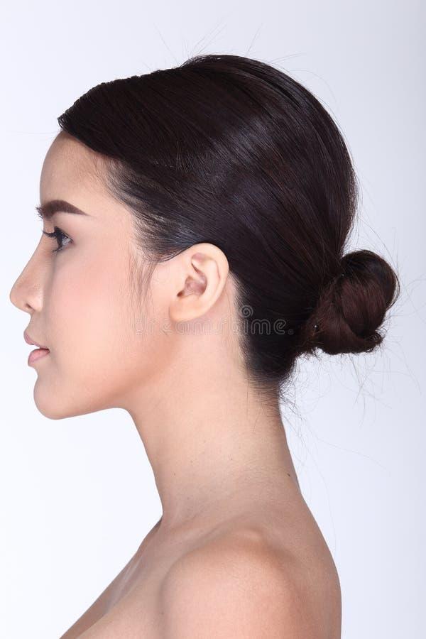 Задний взгляд со стороны волос азиатской женщины черных, студии освещая белизну стоковая фотография rf