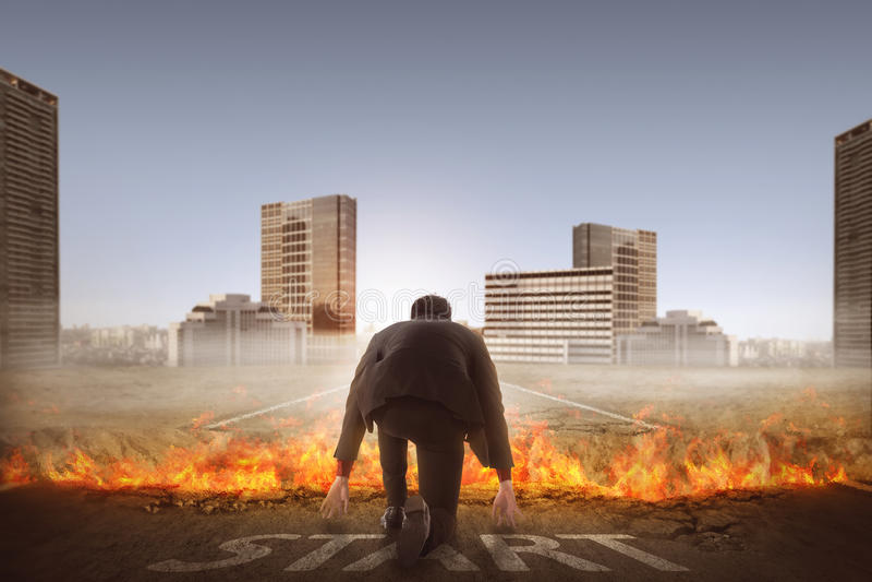 Задний взгляд старта человека бежать через сломленную дорогу стоковые изображения rf