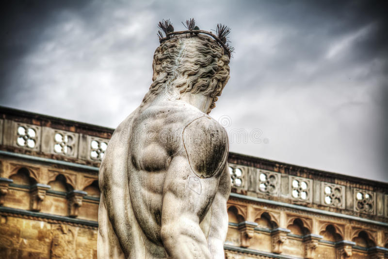 Задний взгляд статуи Нептуна в della Signoria аркады в Флоренсе стоковое фото rf
