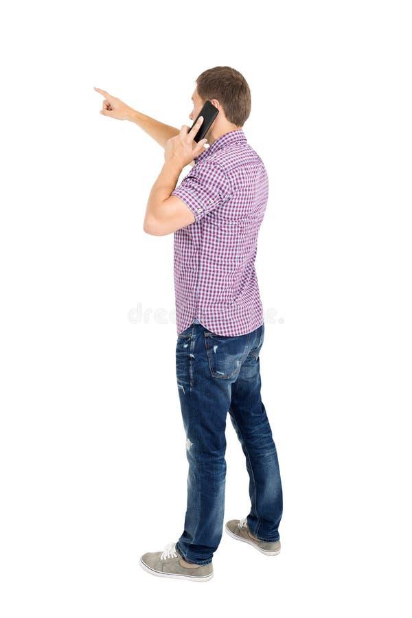 Задний взгляд указывать молодые человеки говоря на телефоне стоковые изображения