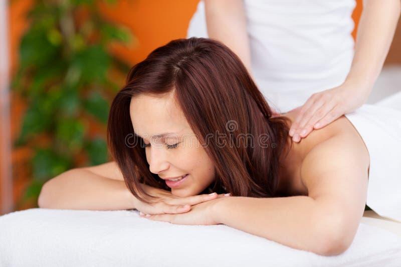 Задний массаж стоковое изображение