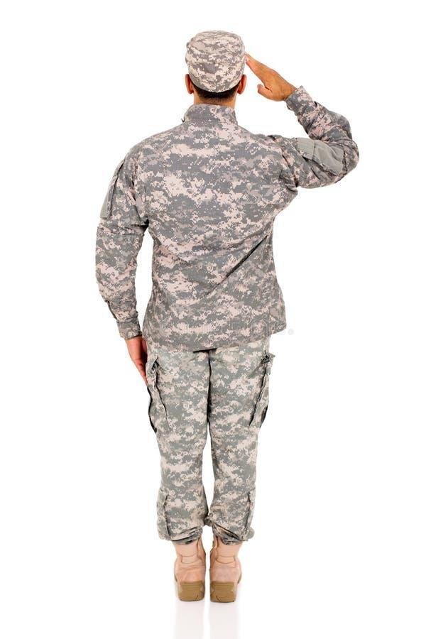 Задний салютовать солдата взгляда стоковая фотография rf
