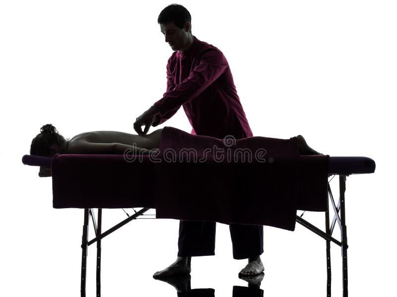 Задний силуэт терапией массажа стоковое фото