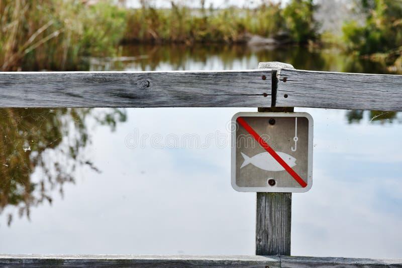 Задняя охраняемая природная территория залива отсутствие положения США Вирджинии знака рыбной ловли стоковые изображения rf