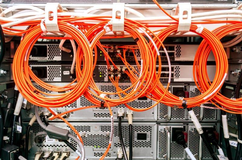 Задняя сторона шкафа сервера, кабеля стоковые изображения rf