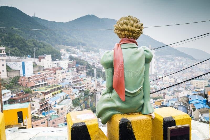 Задняя часть маленького принца в красочной деревне культуры Gamcheon города стоковые изображения rf