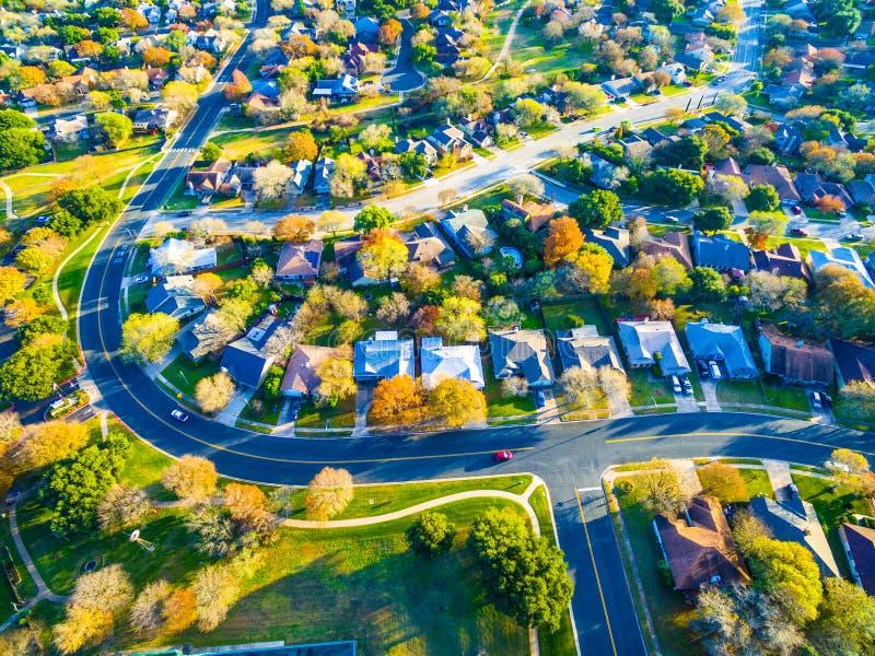 Задняя часть недвижимости общины при красочные листья поворачивая цвета для проявителя дома пригорода района страны холма Техаса  стоковое изображение