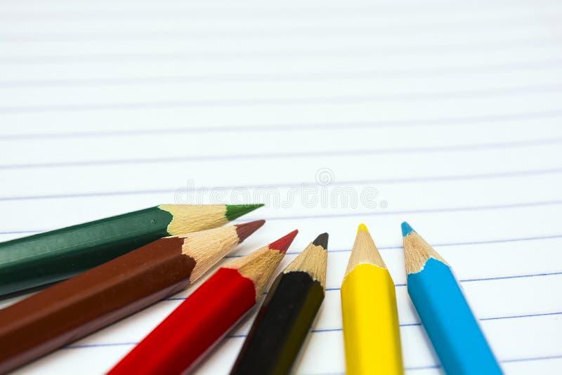 задняя школа к Покрасьте карандаши stationery Тетрадь стоковое фото rf