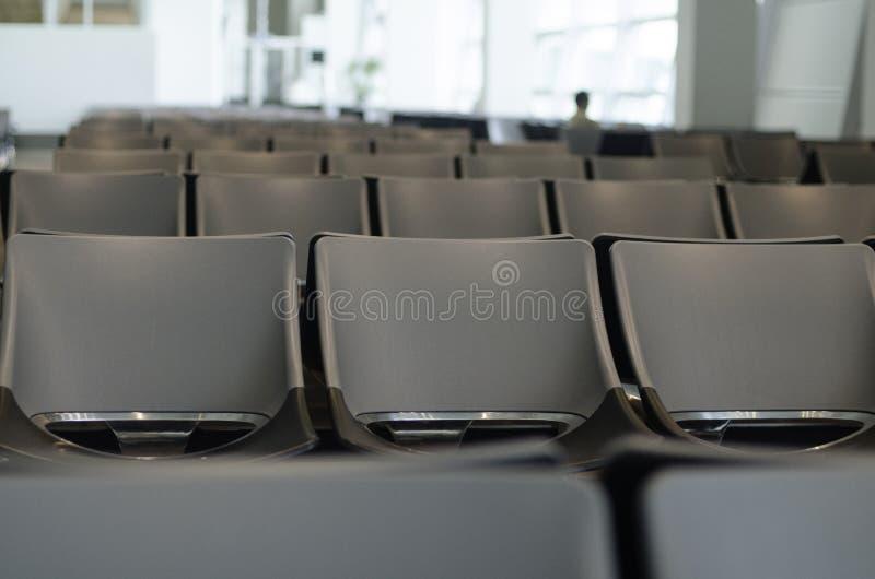 Зал ожидания для пассажиров на салоне авиапорта стоковое изображение
