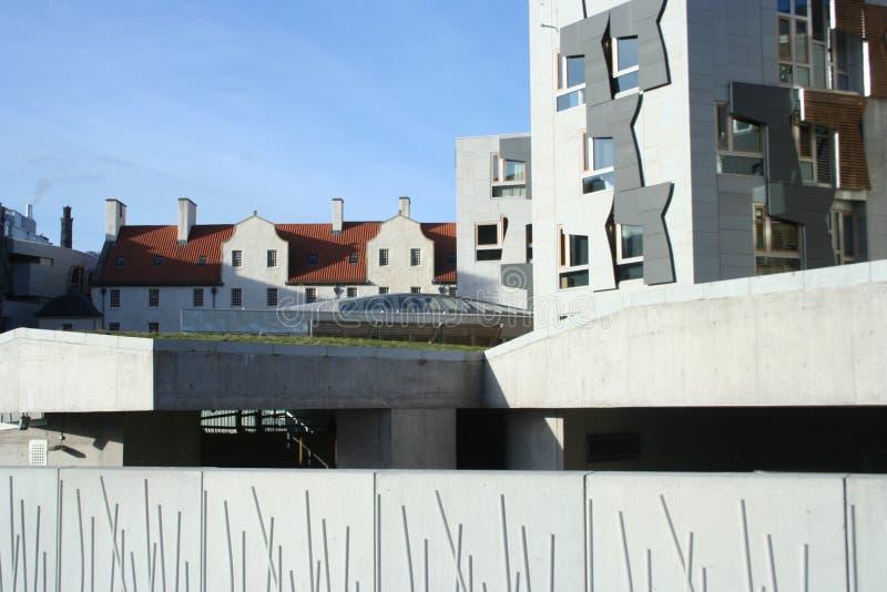 за парламентом настилает крышу шотландский ый черепицей взгляд стоковое фото rf