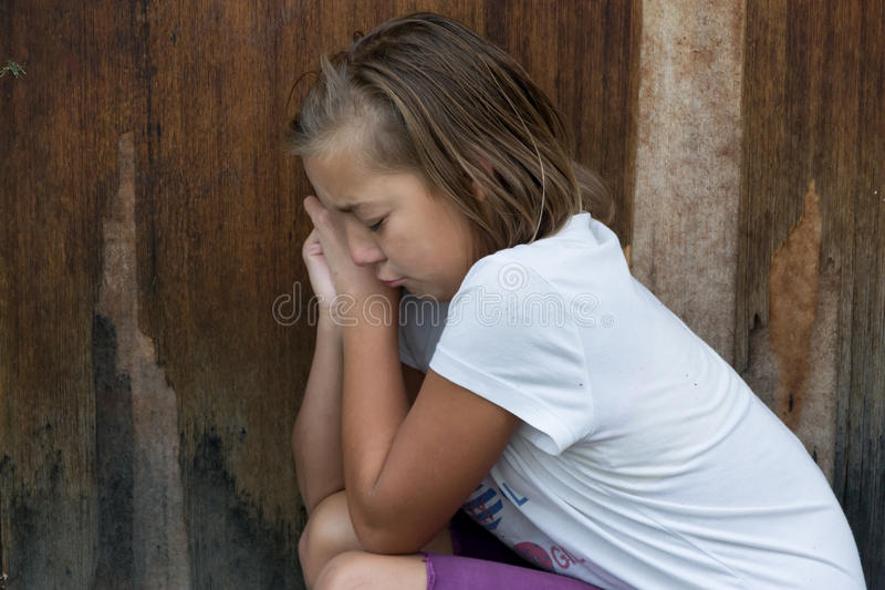 Задранный выкрик ребенка девушки перед дверью самостоятельно стоковая фотография rf