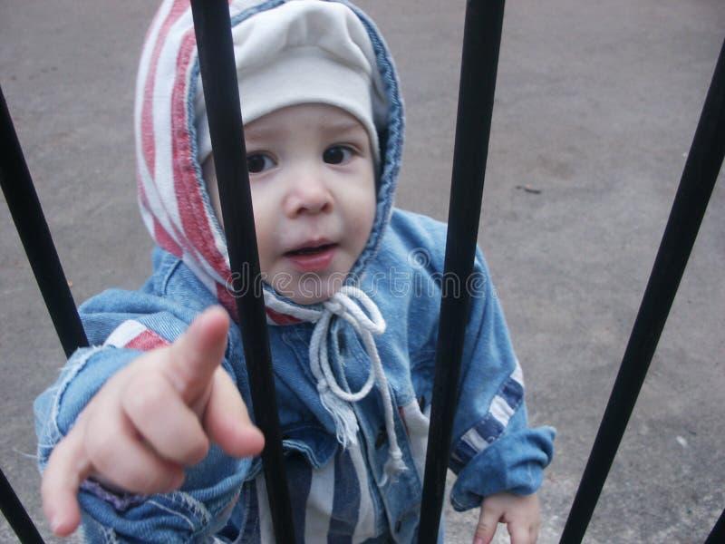за решеткой мальчика стоковое фото rf