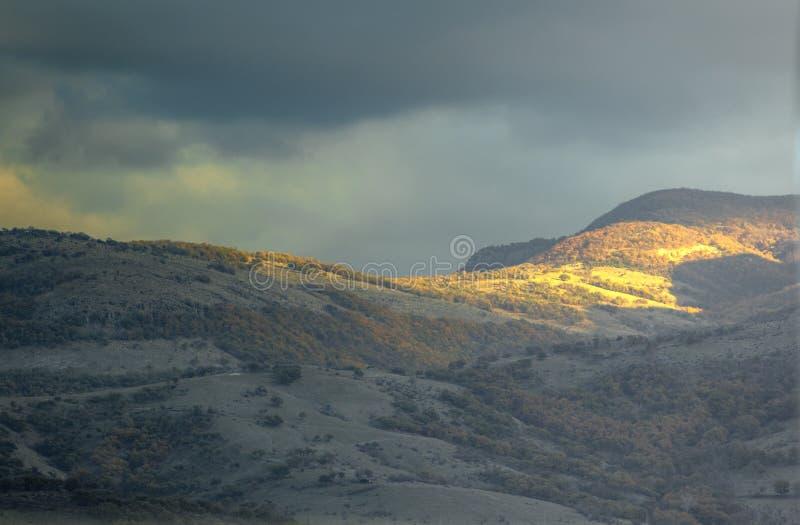 За Солнце и тень до захода солнца в горе Болгарии Rhodope стоковые фото