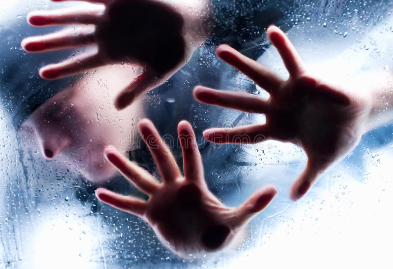 Download за стеклянной персоной Silhouettes влажная Стоковое Изображение - изображение насчитывающей concept, ужас: 18378753
